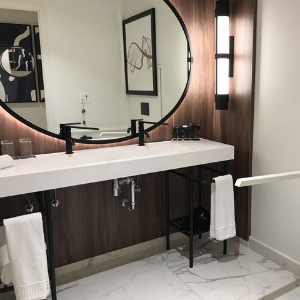 sink with big mirror