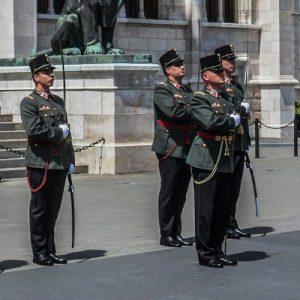 parliament budapest guards